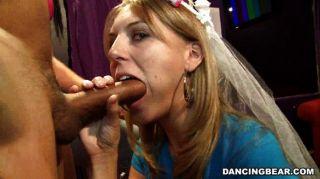 Braut saugt und fickt auf Bachelorette Party