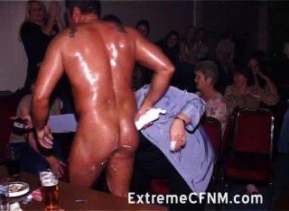 Frauen bei Strip-Show