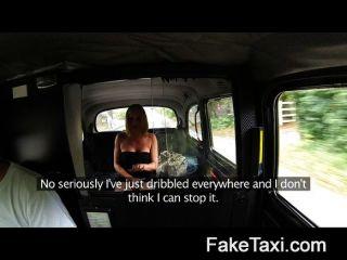 verheiratete Frau macht für anpissen Taxi bietet Platz für bis