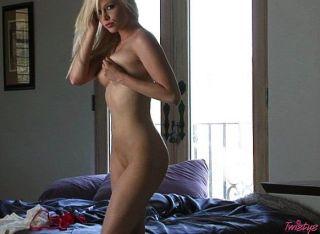 sexy blass Blondine spielt