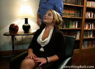 sie hat eine Menge zu ihrem eigenen Büro bekommen