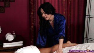 MILF beruhigende Cutie mit Massage
