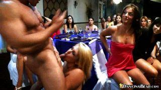 schwül babes auf einer Party einen Schwanz teilen