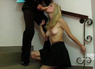 Blonde von Brunette Strap-on chick gefickt