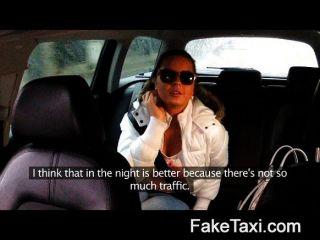 Mädchen saugt Hahn für ihre Fahrt zu bezahlen