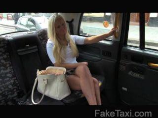 faketaxi - posh Blondine bekommt eine Creampie
