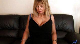 reife Mutter zu Hause zu reiben ihre Muschi