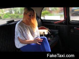 faketaxi - heiße Blondine mit Titten zu sterben