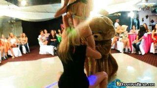 Babes nackt dann auf Bären tanzen