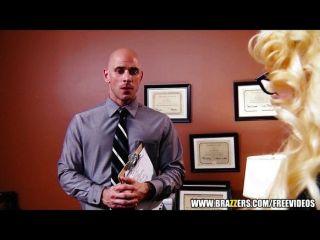 vollbusige Blondine Milf bietet ihr intern ein Job