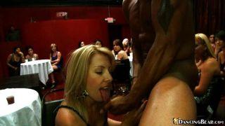 Babe nimmt Sperma auf das Gesicht an der Party