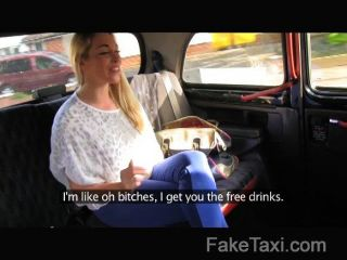heiße Blondine über den Taxi-Motorhaube