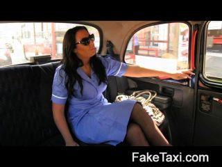 faketaxi - geile Krankenschwester liebt einen großen Schwanz