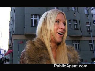 publicagent - kaira atemberaubende Blondine in Denim