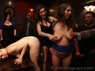 Huren beschimpft und in einer Bar gefickt