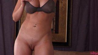 Kagney Linn Karter spielt mit ihrer Pussy