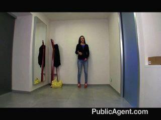hübsches Mädchen wird von einem Agenten gefickt