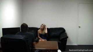 süße Blondine wird im Büro gefickt