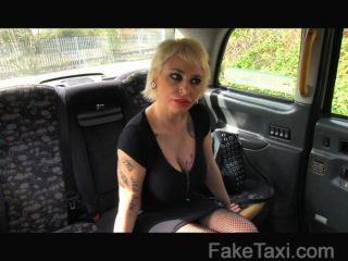 faketaxi - spanisch Blondine mit riesigen Titten