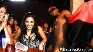 schwarzen Mann für die Mädchen tanzen nackt