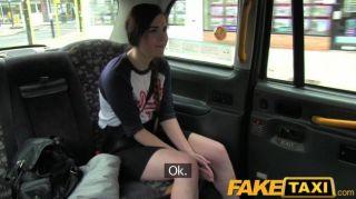 faketaxi - spanische Touristen mit großen Taxi Hahn