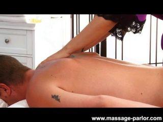 karina weiß gibt eine sexy Massage