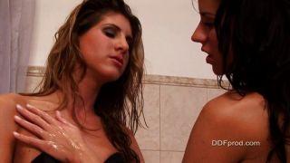 sexy Babes in der Badewanne spielen
