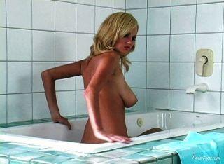 heiße blonde Küken, das ein Bad zu nehmen