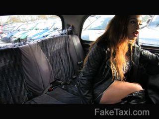 faketaxi - big ass großen Mund und nasse Muschi