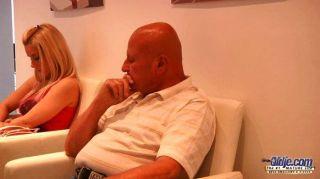 geile blonde fucks älterer Mann