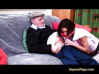 Opa bekommt seine Pfeife zu reinigen,