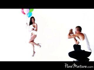 hot MILF wird auf Foto-Shooting ohne Knochen