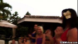 Super verworrene Pool-Party Aktion