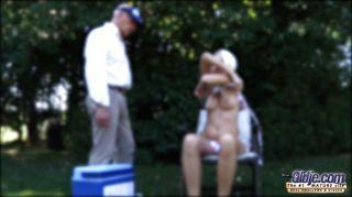 junge blonde Milchen alt-Stick im Freien