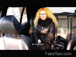 faketaxi - tschechische Schönheit nimmt großen Schwanz