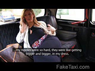 geile Blondine über Taxi Motorhaube gefickt