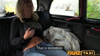 faketaxi blonde Küken saugt Taxifahrer Schwanz