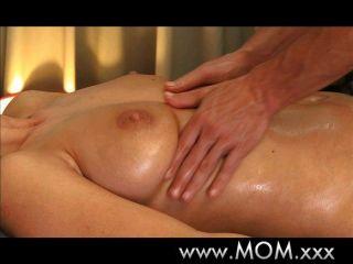 Brünette hat die Massage ihres Lebens