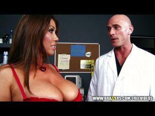 big-Tit Brünette fickt ihren Arzt