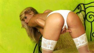 blonde gitta in weiß