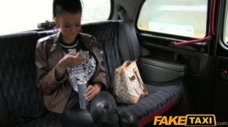faketaxi tätowiert Hottie in Taxi gefickt