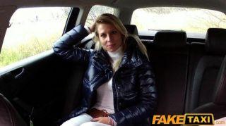 faketaxi blonde Babe saugt und fickt in Taxi