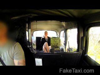 wunderschöne Blondine in Sex Schmiergeld in Taxi