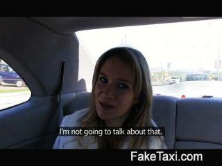 Engel wird von meinem großen Schwanz auf meinem Taxi schlug