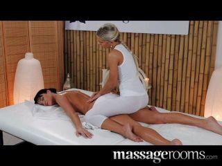 Massageräume - elegantes Modell mit langen Beinen