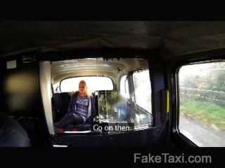 faketaxi - junge blonde nimmt auf alten Hahn