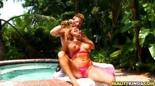 Hot Babe bekommt im Pool böse