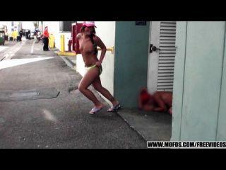 verrückt Strand Radfahrer-Mädchenstreifen in der Öffentlichkeit