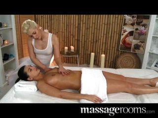 Massageräume - zwei Lesben mit heißen Körper
