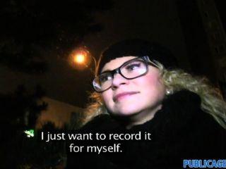 publicagent - gelockte blonde in Gläsern